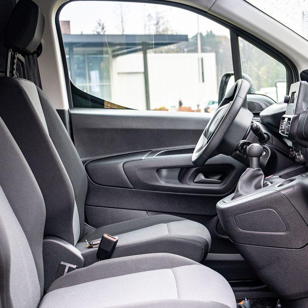 De zitplaatsen van de Peugeot partner
