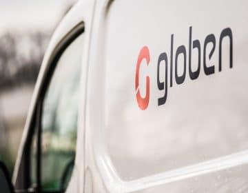 Het Globen logo op de peugeot partner