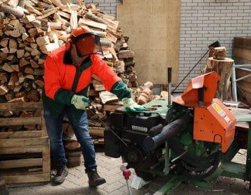 Aan het werk met een houtkloofmachine van Globen Verhuur